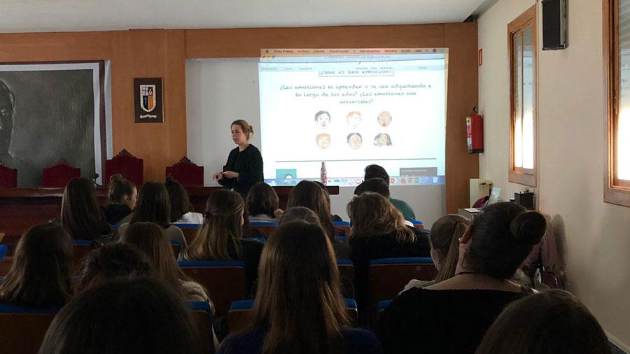 Carmen en el aula de Mejor con Psicología en Zaragoza
